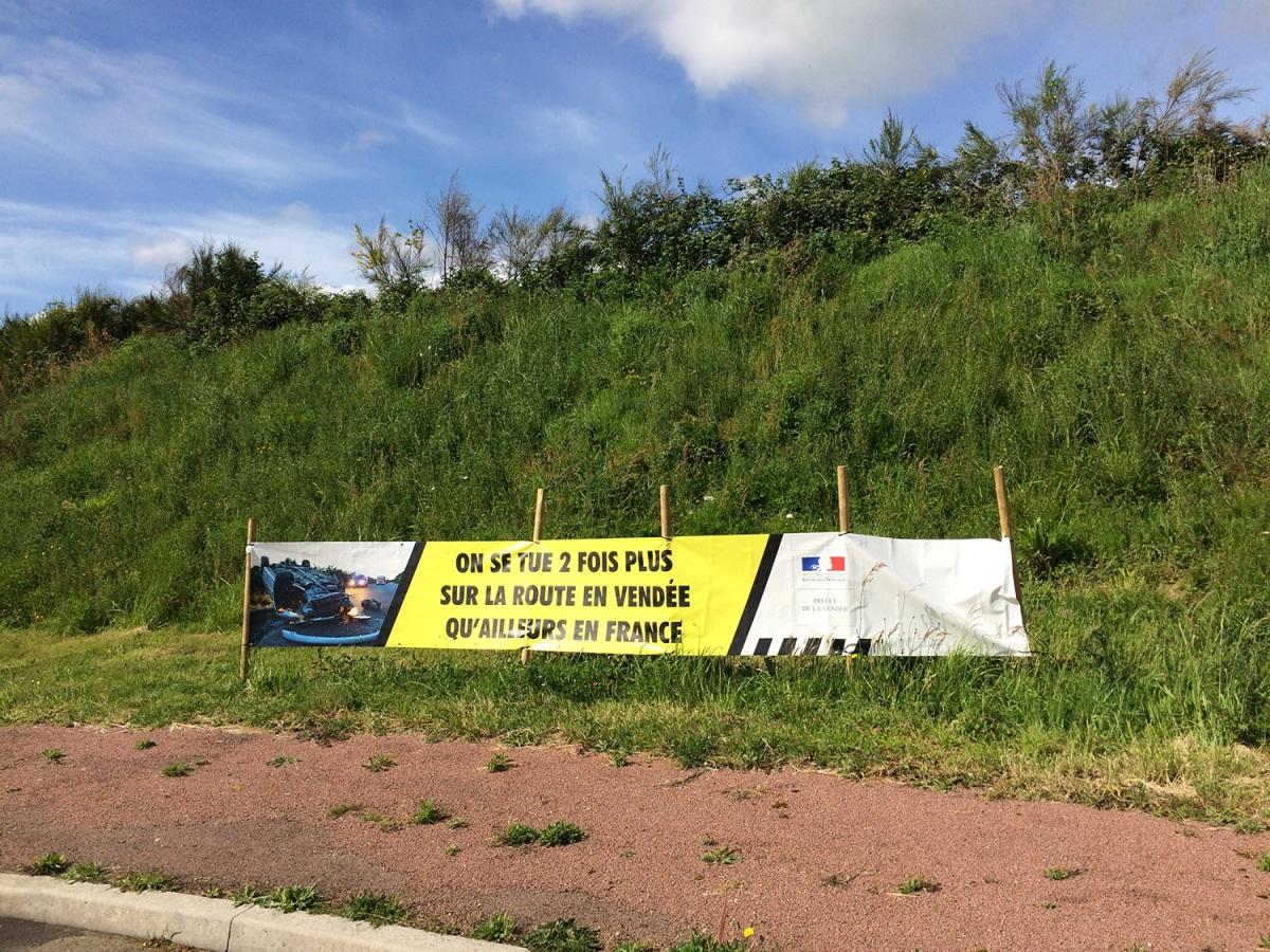 panneau mis par la municipalité de Florent des bois au rond point de la piscine D746
